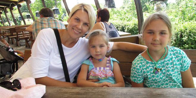 Agnė Sabonis su dukromis.