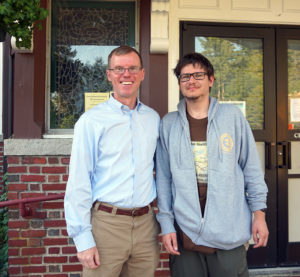 """Neseniai į Maine valstiją atsikraustęs lietuvis Tomas Dundzila (k.) """"Tikslas – Amerika"""" projekto vadovui Augustinui Žemaičiui (d.) suteikė daug įdomios informacijos."""