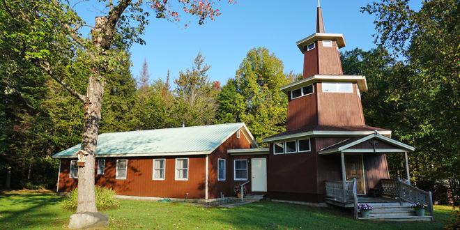 """""""Neringos"""" stovykloje Vermonte pasitiko koplyčia, atidaryta 1989 m. Viduje – V. K. Jonyno kryžiaus kelio stotys ir simbolinė Gedimino pilis su """"Geležinio vilko"""" statula."""