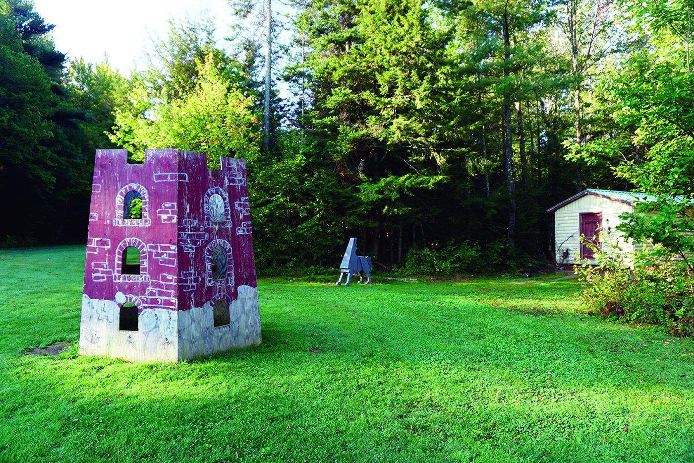 """Simbolinė Gedimino pilis su """"Geležinio vilko"""" statula."""
