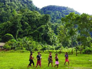 Nuošaliame džiunglių kaimelyje gyvenantys vaikai smalsiai stebėjo mūsų grupę.