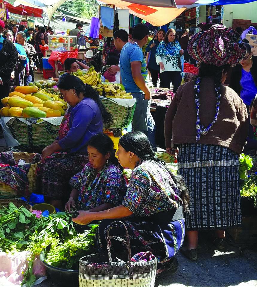 Solola turguje – tradiciniais spalvingais apdarais vilkintys prekiautojai.