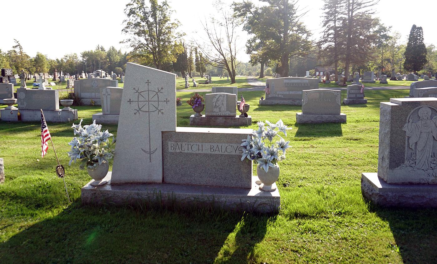 """Amsterdamo kapinėse daugelis pavardžių antkapiuose rašomos ir lietuviškai, ir """"amerikietiškai""""."""