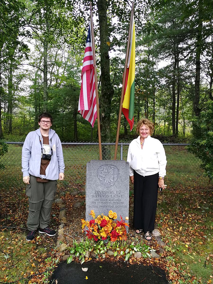 Marytė Bizinkauskaitė (d.) projekto vadovui Augustinui Žemaičiui (d.) Brocktone parodė paminklą kritusiems už Lietuvos laisvę.