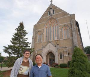 Į dabar jau vietnamiečių bendruomenei tarnaujančią Vilniaus Aušros Vartų bažnyčią Worcester mieste A. Žemaitį (k.) įleido vietnamiečių pastorius Tam Bui (d.).
