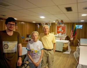 Lietuvių klubas vasaromis veikia Gardner miesto paežerėje, jam vadovauja klubo šeimininkai Bronė ir Bill Vyšniauskai (d.). Kairėje – A. Žemaitis.