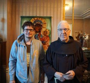 Pranciškonas kunigas Jonas Bacevičius (k.) ir Augustinas Žemaitis (d.).