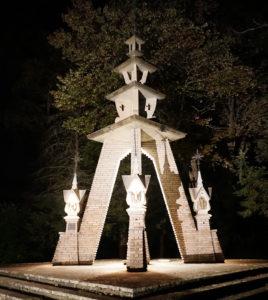 Maine valstijos Kennebunk lietuvių pranciškonų vienuolyno prieigų puošmena (architektas Jonas Mulokas).