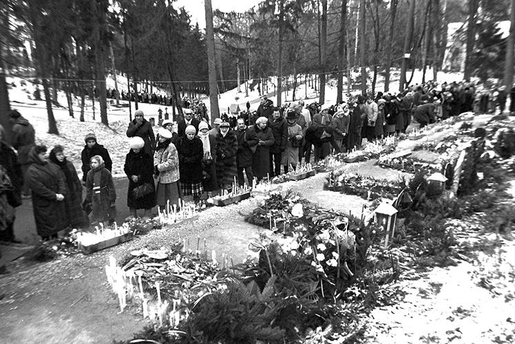 Kapinėse nusidriekė eilė žmonių, norinčių atsisveikinti su Sausio 13-osios aukomis.