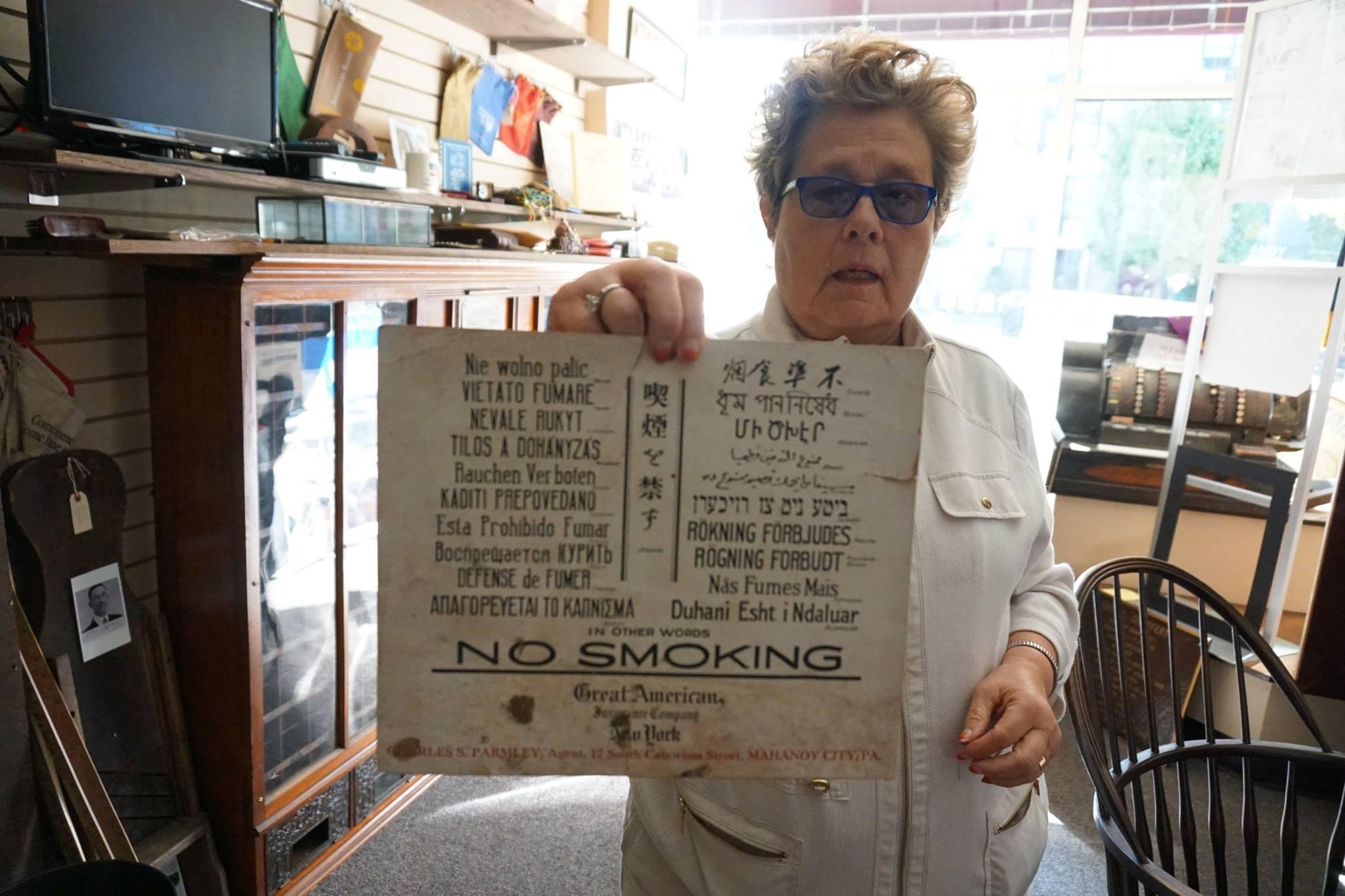 """Peg Grigalonis rodo lentelę su užrašu """"Nevale rukyt"""". Tokios lentelės visomis angliakasių vartotomis kalbomis būdavo kabinamos šachtose. Tai akivaizdus įrodymas, kad lietuviai sudarė nemenką darbininkų dalį."""