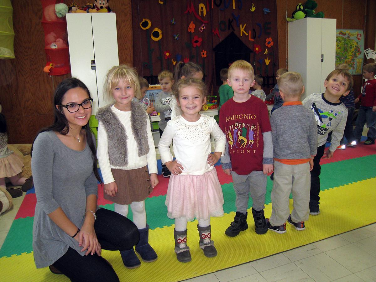 Mokytojos padėjėja Laura Juzėnas su savo priešdarželio klasės vaikais.