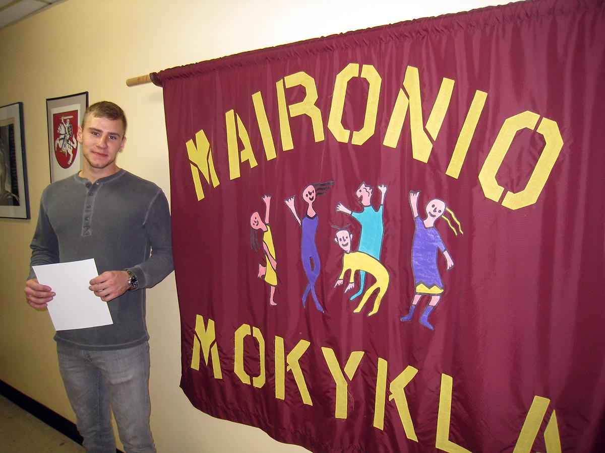Savanoris mokyklos administracijos padėjėjas Šarūnas Šiaučiūnas Maironio lituanistinėje mokykloje.