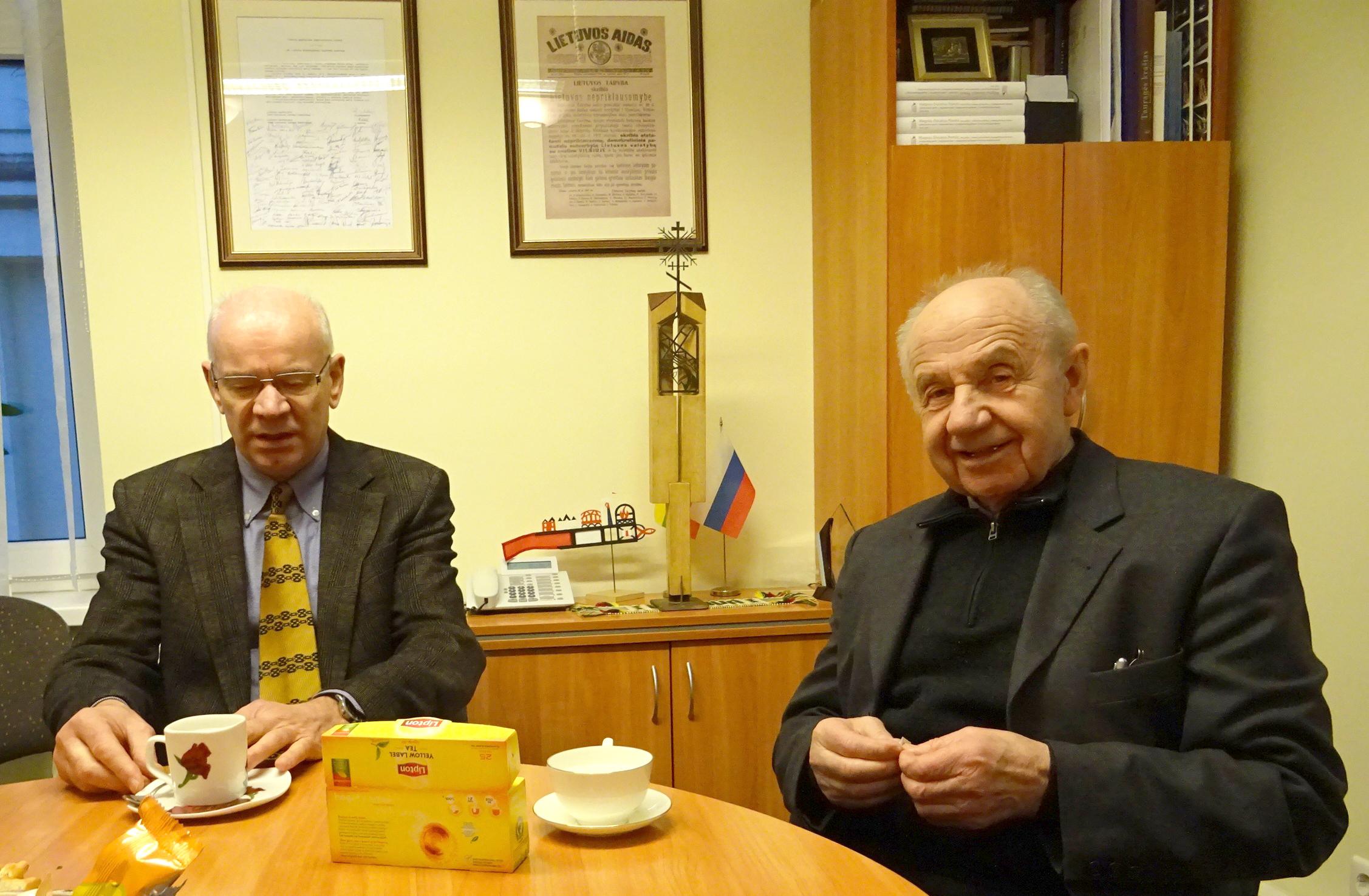 Malonus pokalbis Lietuvos konsulate Tilžėje su konsulu B. Makausku (kairėje) ir kunigu A. Gauronsku.