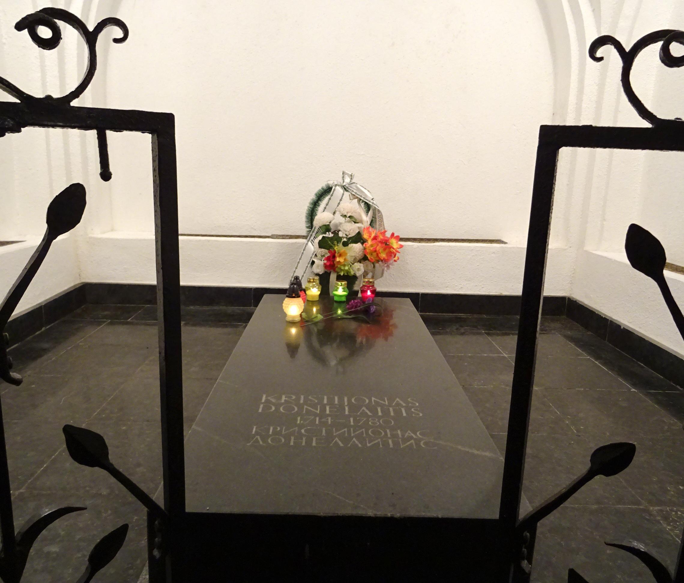 Ant K. Donelaičio kapo dega žvakelės.