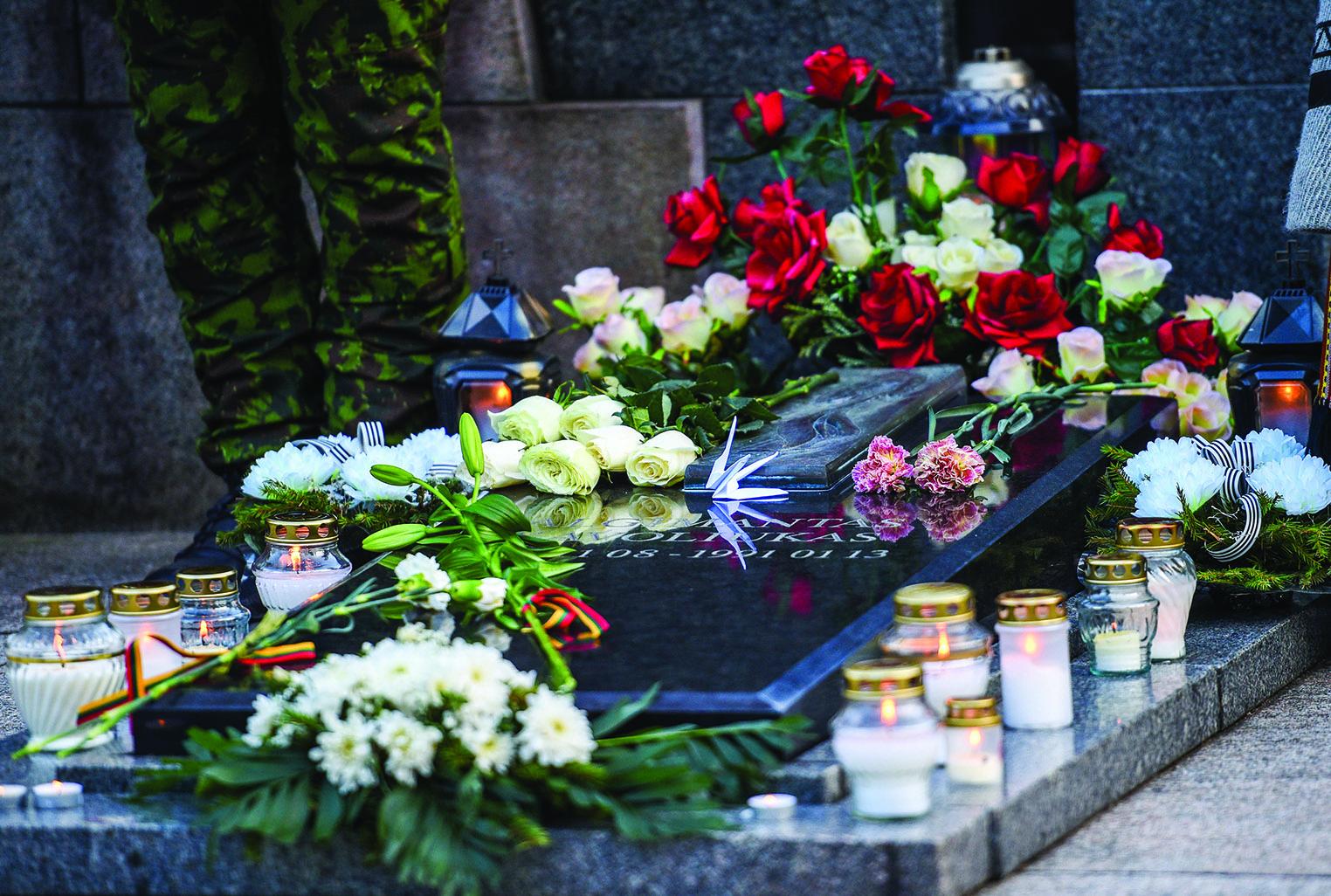 Gėlės Sausio 13-osios aukoms atminti.