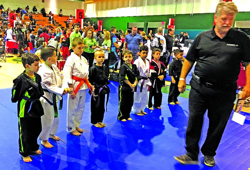 Būsimosios karate sporto žvaigždės. Ketvirtas iš kairės – A. Račkauskas.