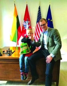 Šešiamečiui karate talentui A. Račkauskui – LR generalinio konsulo Čikagoje M. Bekešiaus sveikinimai.