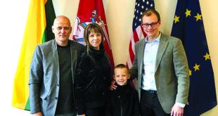 LR generaliniame konsulate Čikagoje (iš k.) Joną Gulbiną ir Vaivą Račkauskaitę su sūnumi Adomu priėmė generalinis konsulas M. Bekešius.