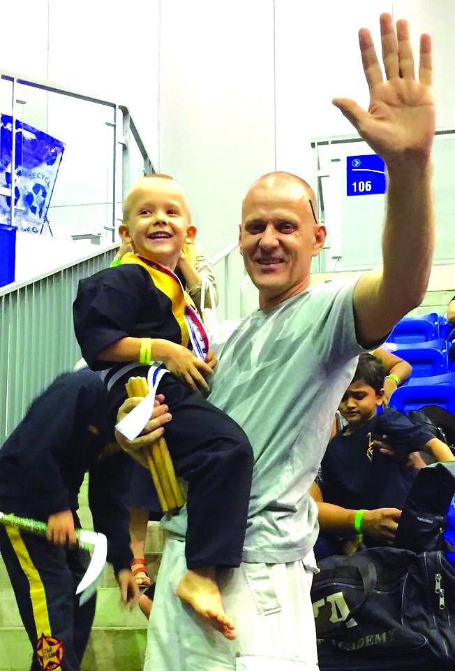 Istorinė šeimos nuotrauka – ketverių metų karatistas Ado- mas po pirmosios pergalės džiaugiasi kartu su tėčiu.
