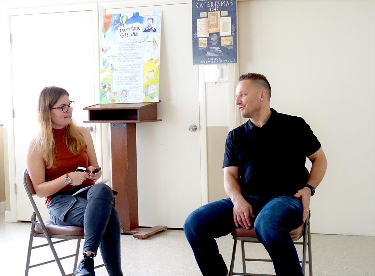 """Lituanistinės mokyklos """"Saulėtas krantas"""" praktikantė Gabija Karlonaitė kalbino mokyklos svečią Darių Kasparaitį."""