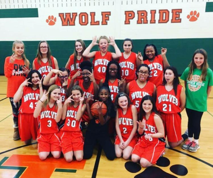 """Urtė (stovi pirma iš kairės) su savo krepšinio komandos """"Lady Wolf"""" draugėmis."""