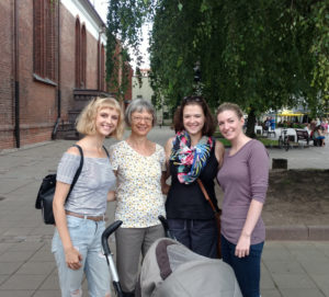 Indrė (pirma iš k.) kartu su mama Aldona, sese Živile irbroliene Chelsea Kaune.