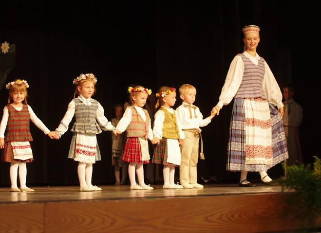 Indrė Bielskutė šoka su savo mažaisiais šokėjais.
