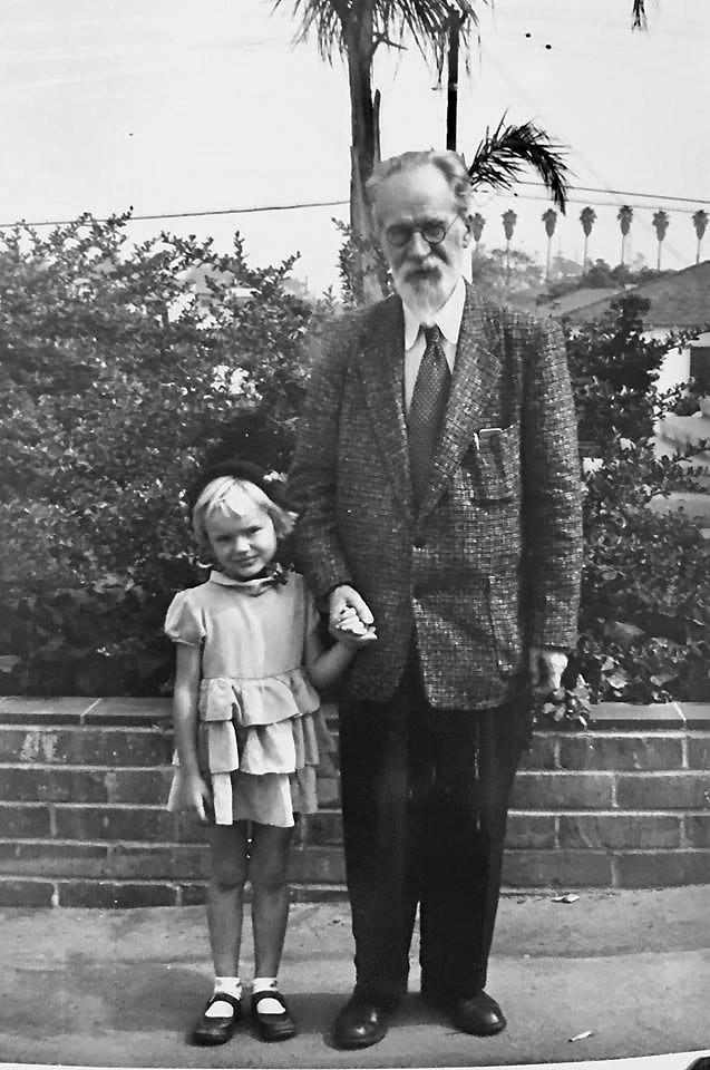 D. Mažeikienės brangus vaikystės prisiminimas – ji su seneliu Mykolu Biržiška. (L. Briedžio nuotr.)