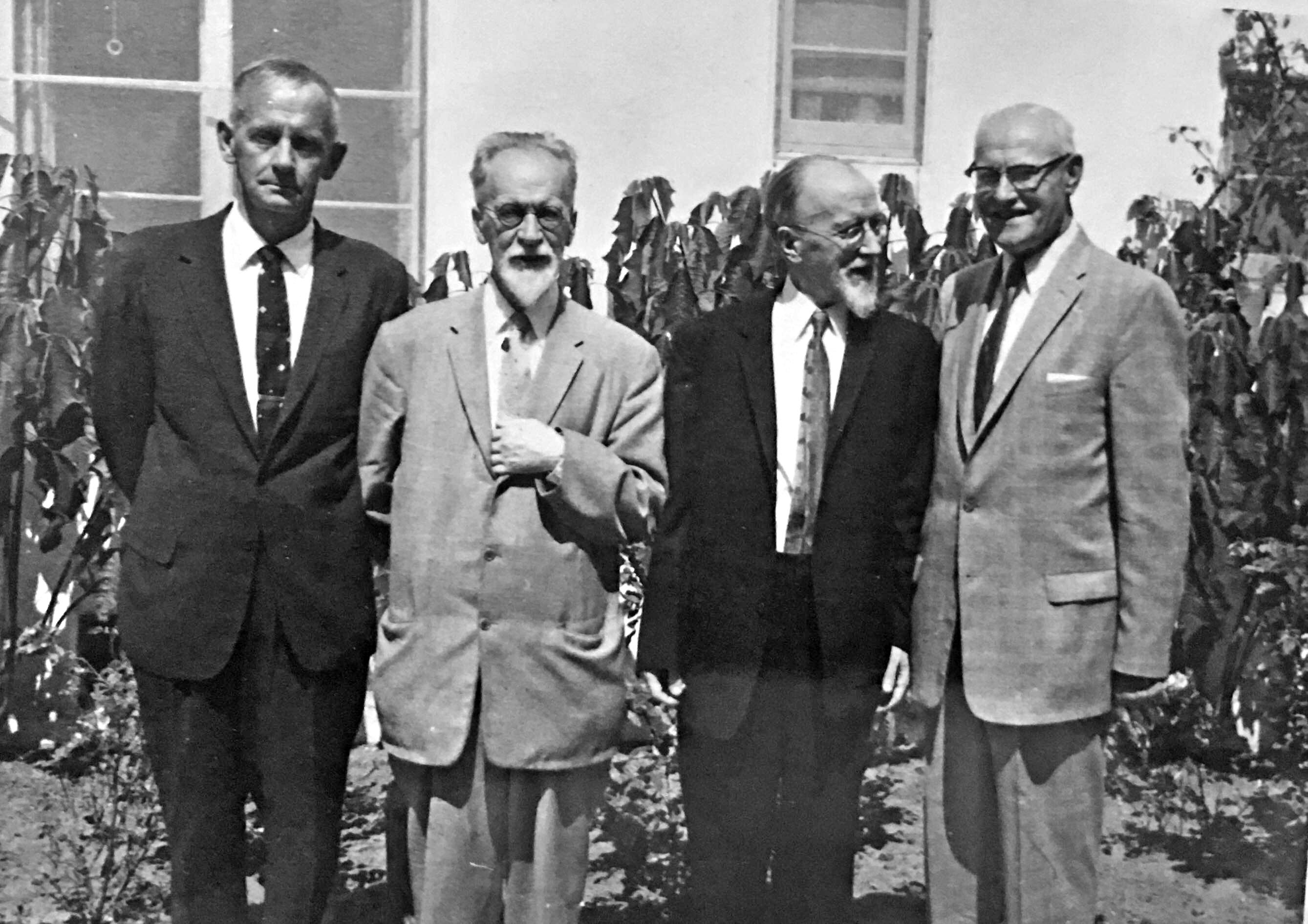 Broliai Mykolas (antras iš k.) ir Viktoras Biržiškos nemažai bendraudavo su konsulu Los Angeles J. J. Bielskiu (pirmas iš d.)