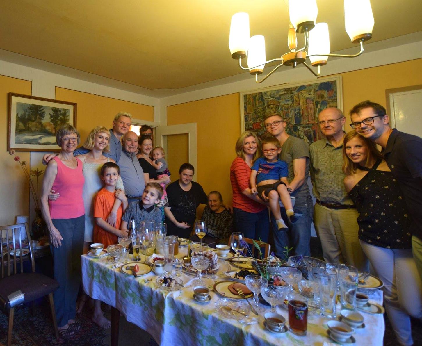 Indrė Bielskutė(stovi antra iš k.) su tėvais, sese, broliais ir jų šeimomis. Visi puoselėja lietuviškas tradicijas.