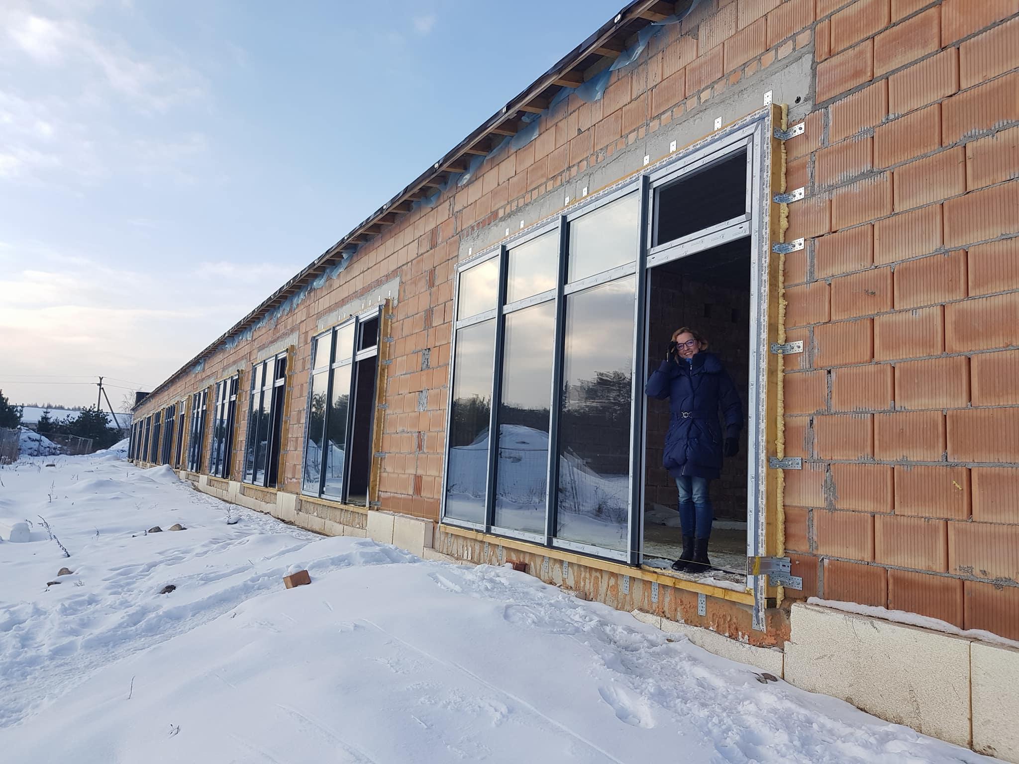 Šeimos namučiai Vilniaus rajone iškilo iš gerų žmonių aukų. Dar trūksta pinigų šiems namams įrengti.