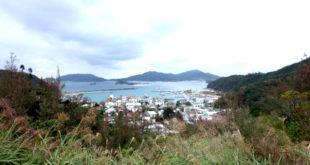 Vaizdas į kaimą Zamami saloje, netoli nuo pagrindinės Okinavos salos, kur Mikas gyveno. Čia kartais jis nardydavo, nes labai gražūs koralai, daug vėžlių ir ryklių (ne baltų).