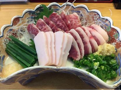 Užkanda Naros prefektūros pakelės užeigoje: trys skirtingi žalios arklienos užkandžiai. Valgoma su trupučiu sojos padažo.