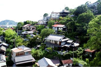 Įvairių formų gyvenamieji namai Miyajima saloje. Viršuje šventyklos. Toks namų ir šventyklų artumas gana tipiškas.