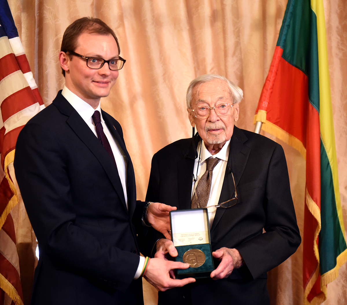 M. Bekešius perdavė S. Balzekui Jr. Lietuvos prezidento Valdo Adamkaus dovaną muziejui – medalį, kuris praturtins jo fondus.