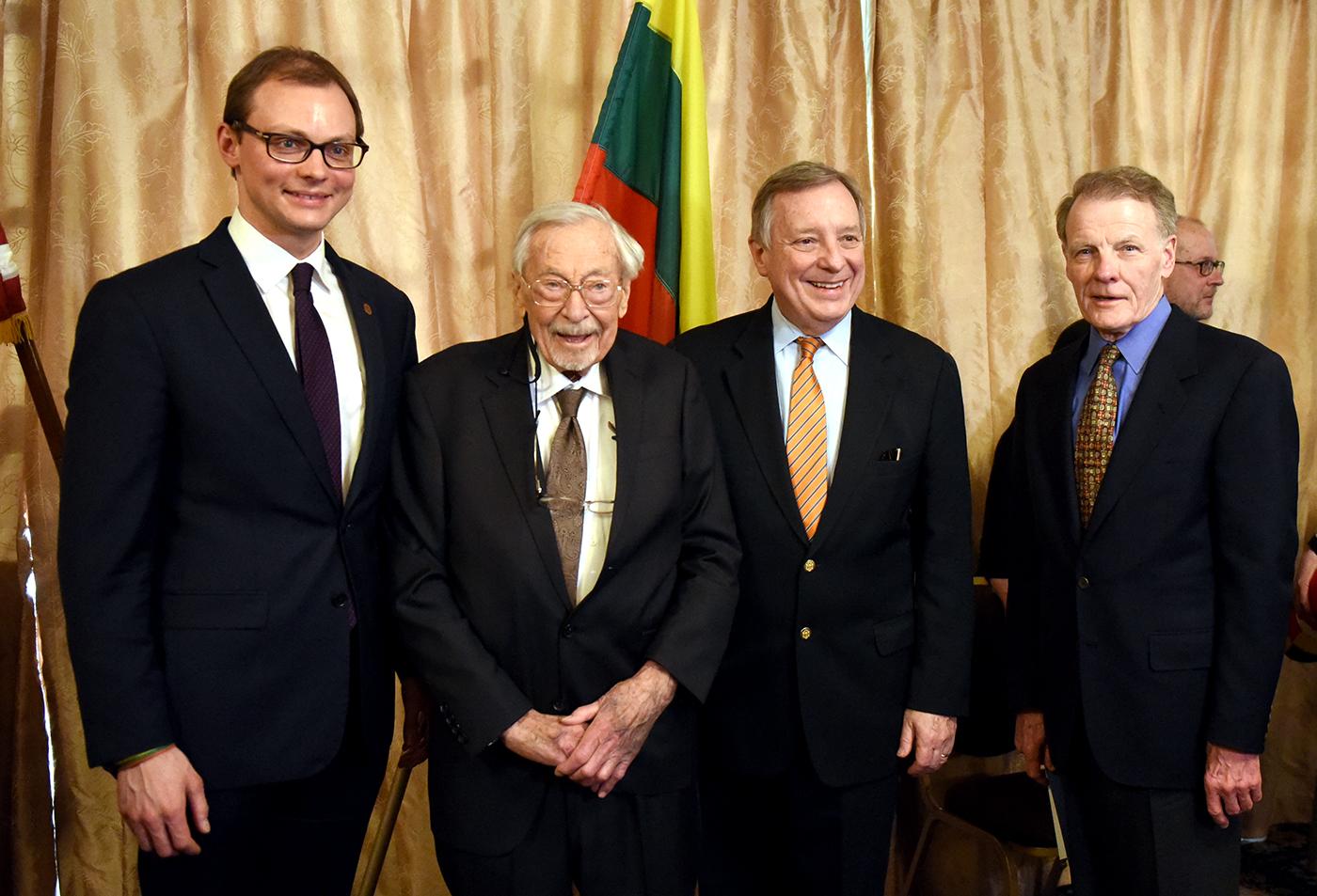 (Iš k.) Generalinis konsulas Čikagoje M. Bekešius, muziejaus įkūrėjas S. Balzekas Jr., senatorius D. Durbin ir Ilinojaus Atstovų rūmų pirmininkas M. J. Madigan turėjo apie ką pasikalbėti.