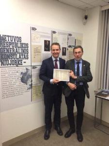 Tik žvilgterėjęs į Lietuvos generalinio konsulato New Yorke ekspoziciją, konsulato svečias prof. Liudas Mažylis (d.) rado tris Vasario 16-osios signatarų pasirašytus dokumentus. Kairėje – Lietuvos generalinis konsulas New Yorke Julius Pranevičius.