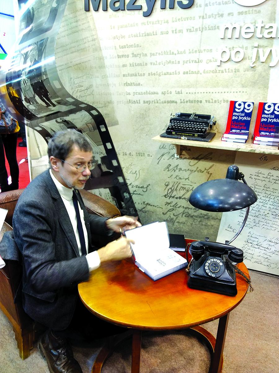 Profesorius Liudas Mažylis autografus pasirašinėjo visas keturias mugės dienas.