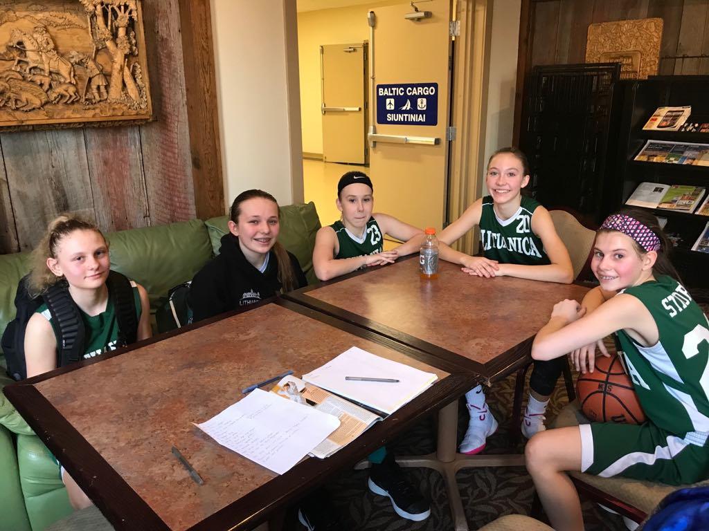 Ir po treniruočių jaunosios krepšininkės dažnai laiką leidžia kartu.