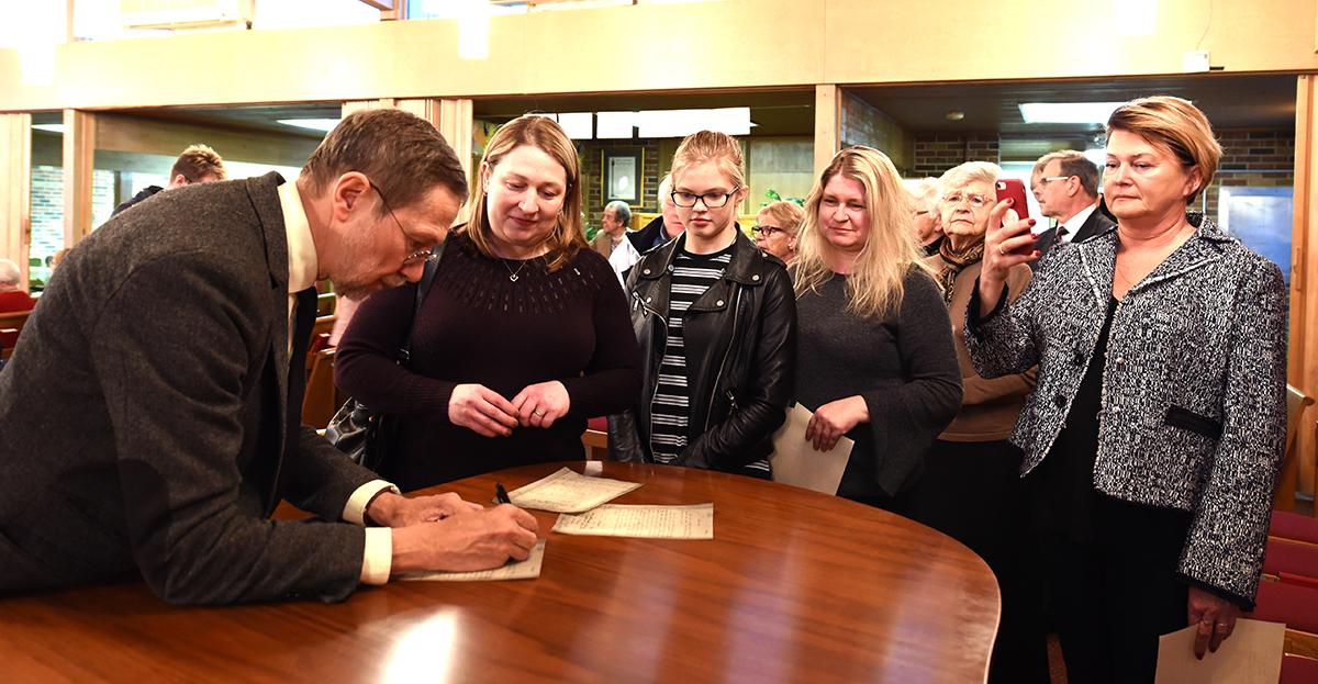 Prof. L. Mažylis nepailsdamas dalino autografus susitikimo dalyviams.