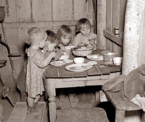 Nieko nestebindavo vaikas, žiop- linėjantis miestelio gatve, spoksantis į kaimynų langus ir žiaumojantis storą juodos duonos riekę su storu taukų sluoksniu.