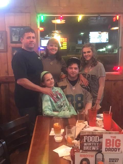 Karolina (centre) su šeima: tėčiu Remigijumi, mama Ilona, broliu Deividu ir sese Leticia.