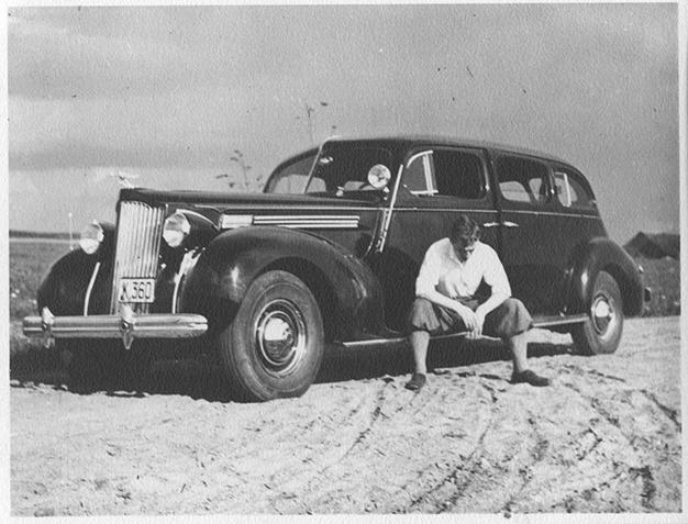 """P. Skardžius prie A. Smetonos automobilio """"Buick""""."""
