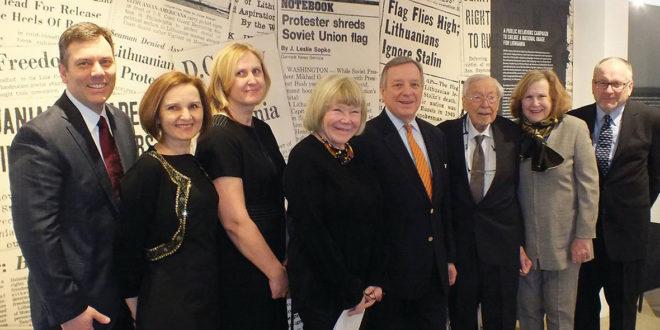 Parodos atidarymu džiaugėsi (iš k.) dizaineris B. Riggs, muziejaus specialistės K. Vaitkutė, R. Janz, parodos kuratorė I. Brokas Cham- bers, senatorius D. Durbin, S. Balzekas Jr., E. Mackiewich ir R. Balzekas.