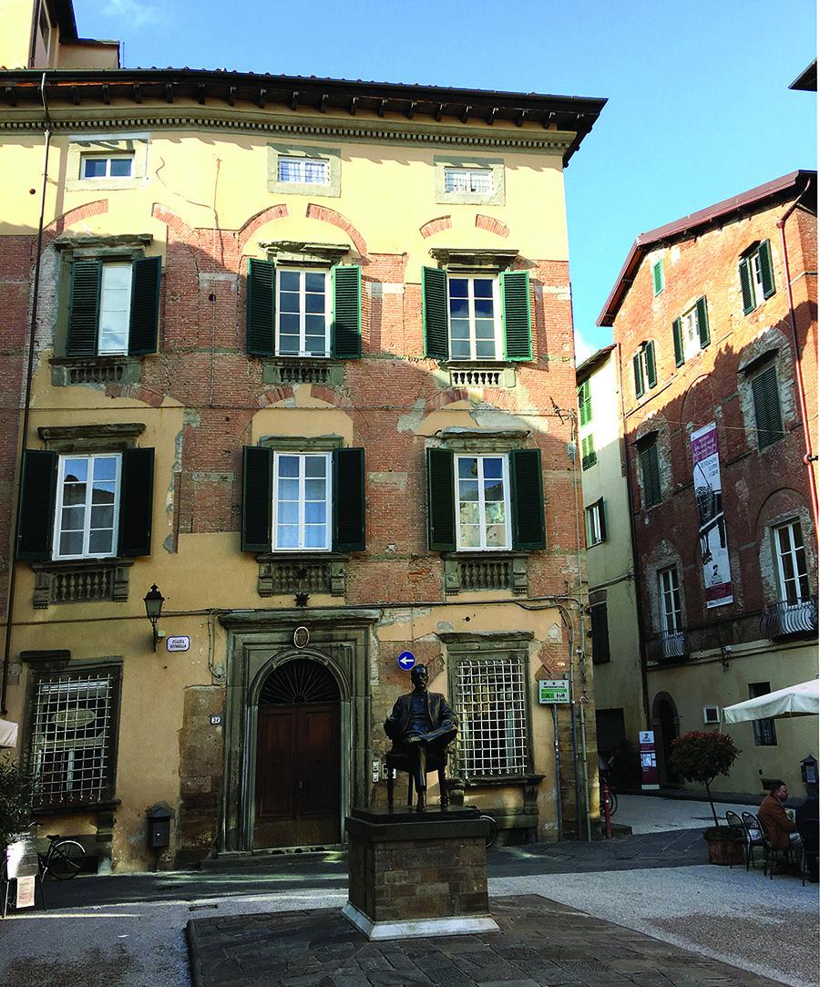 Luccoje, name kur gimė kompozitorius Giacomo Puccini, yra įrengtas muziejus, o muzikui pastatytas paminklas.