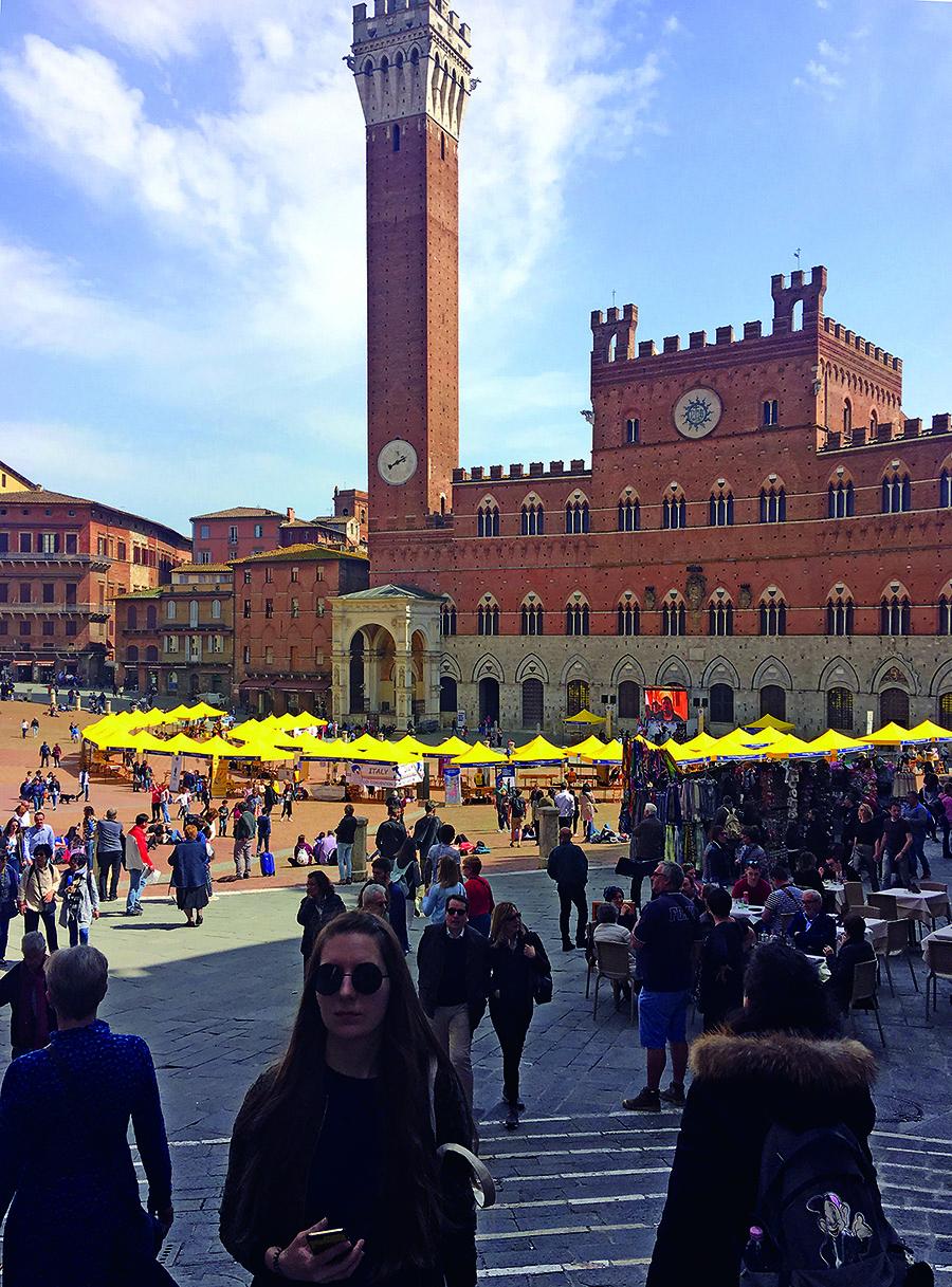 Sienos pagrindinė aikštė Piazza del Campo primena išskleistą vėduoklę, nes yra padalinta į dideles devynias dalis.