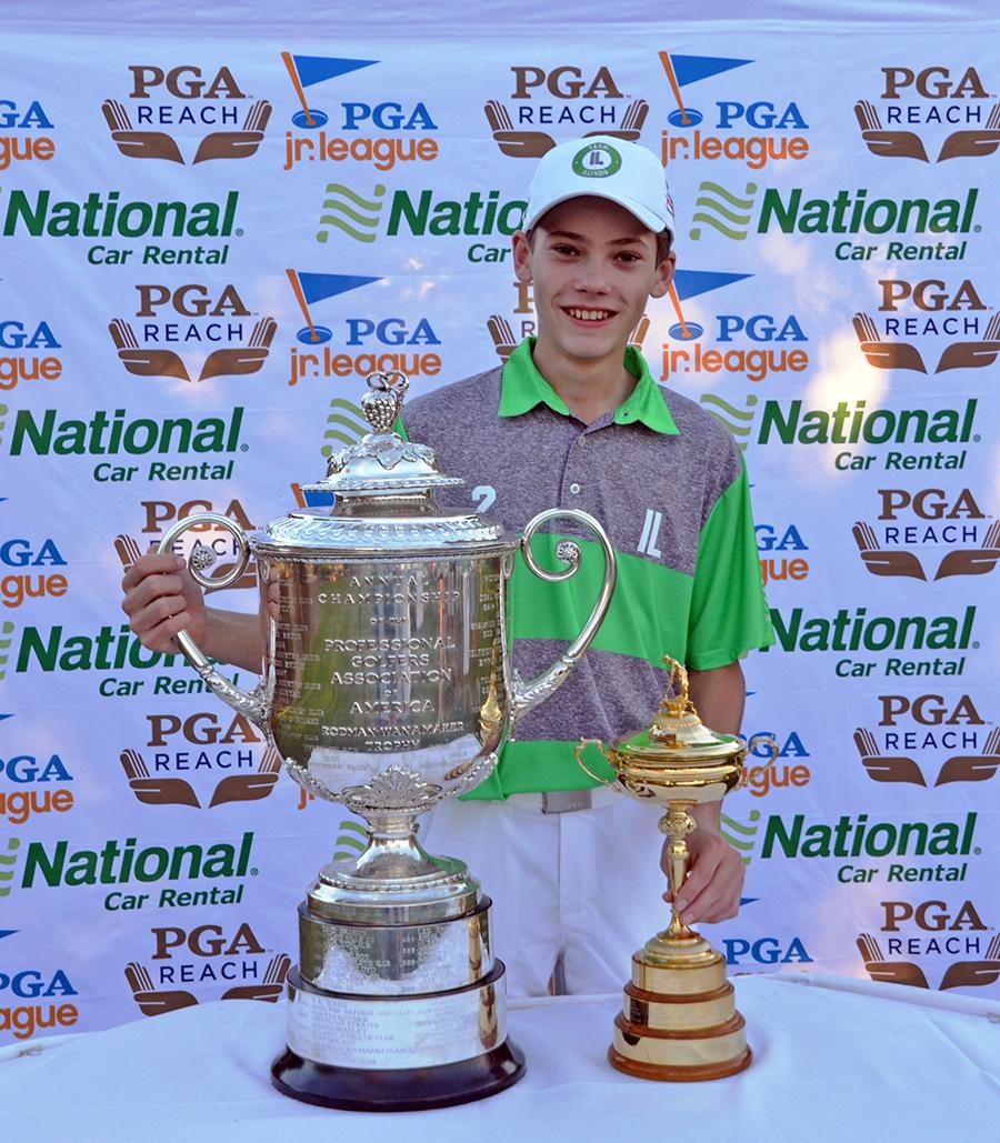 """Paulius prie garbingiausių golfo varžybų trofėjų: """"Wanamaker"""" (k.) ir """"Ryder"""" taurių."""