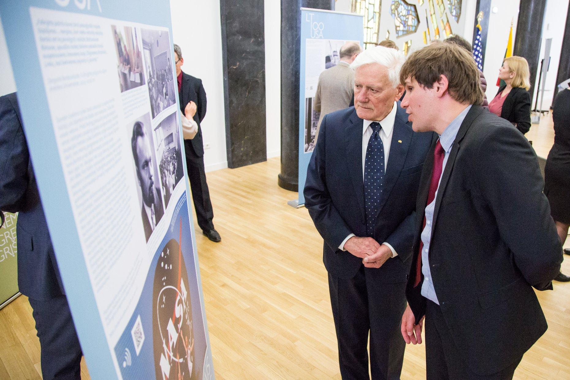 Direktorius A. Antanaitis Prezidentui V. Adamkui pasakoja apie parodos eksponatus.