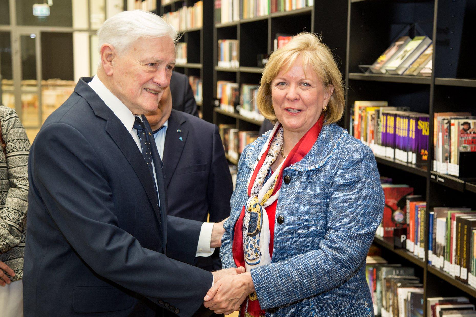 V. Adamkus ir JAV ambasadorė A. Hall.