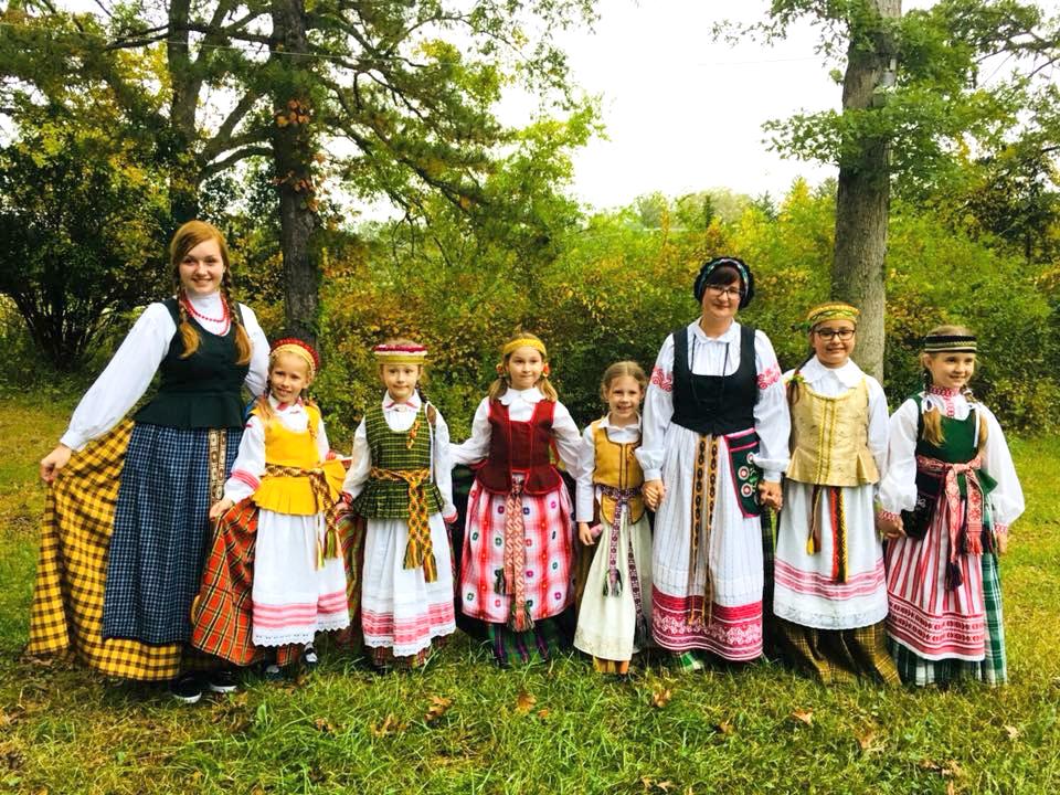 Esant progai mokyklos moksleiviai ir mokytojai pasipuošia tautiniais drabužiais.